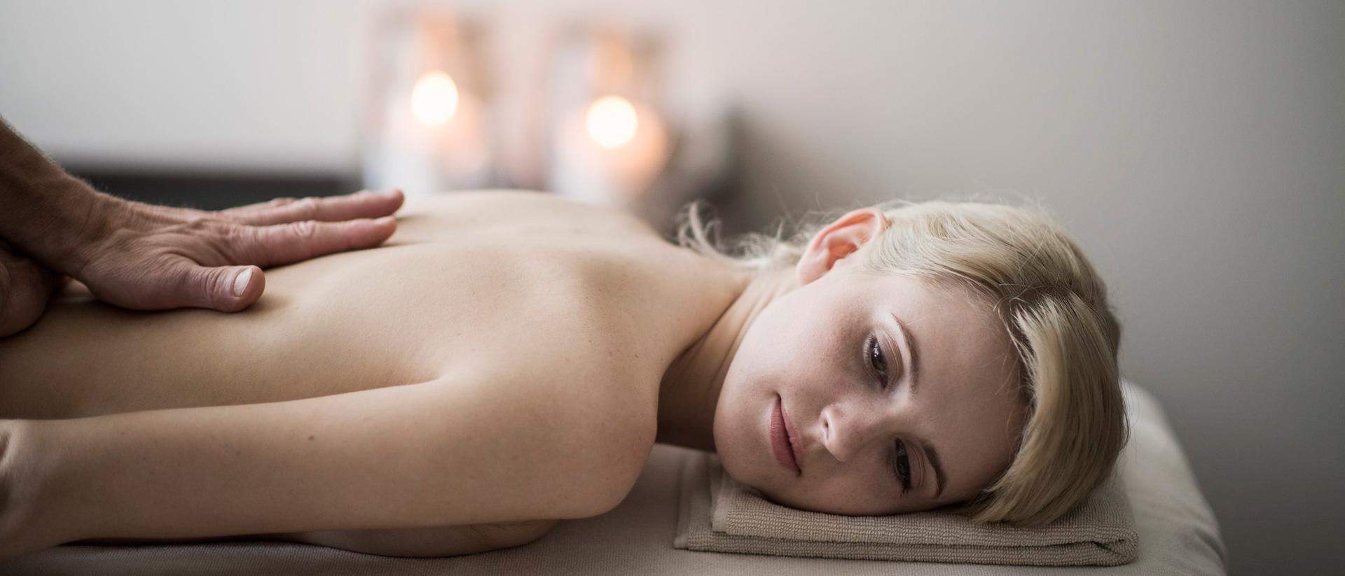Massaggio con i timbri caldi alle erbe aromatiche